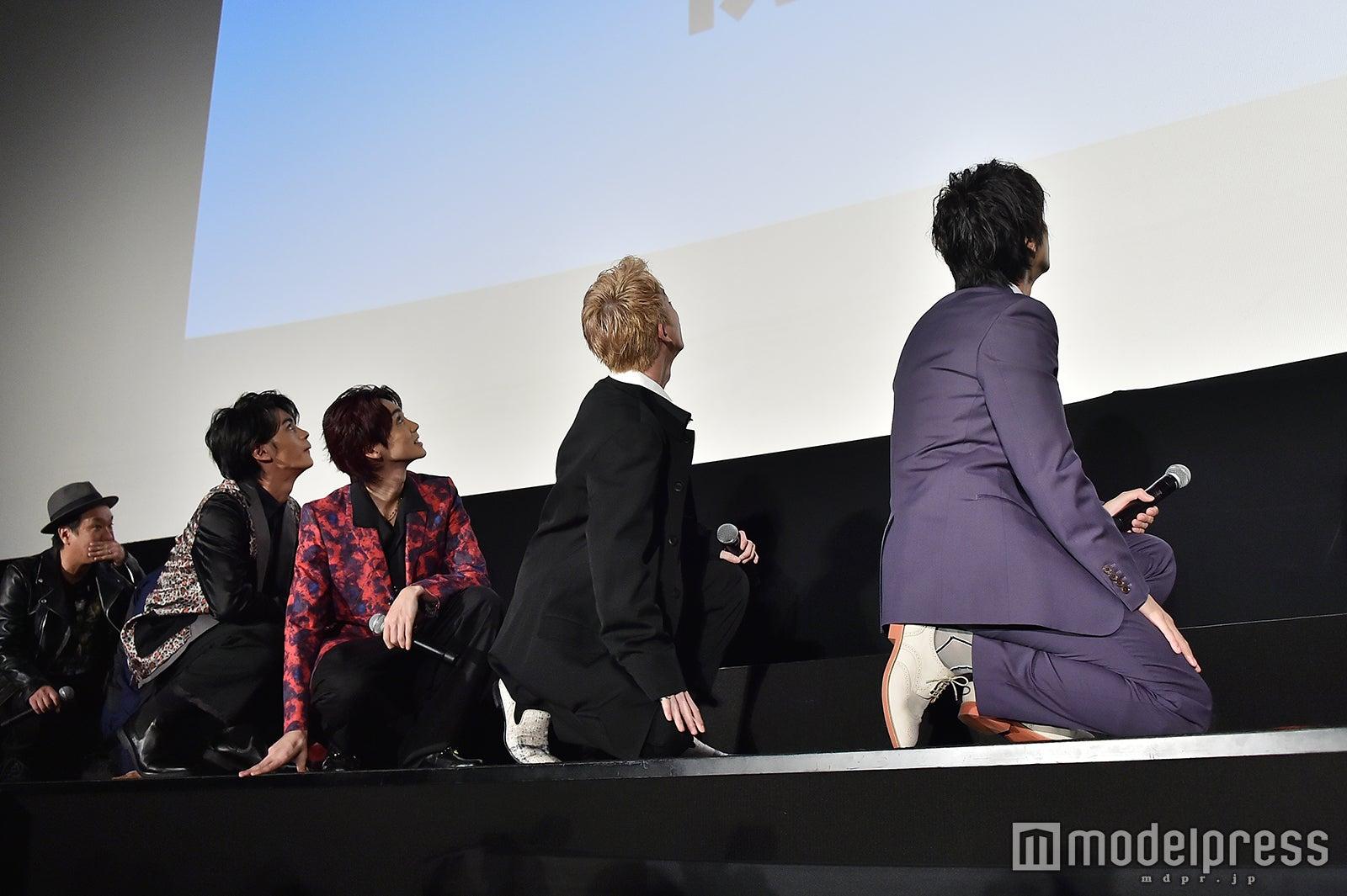 スクリーンに映し出された幼少期の写真を観る登壇者たち(C)モデルプレス